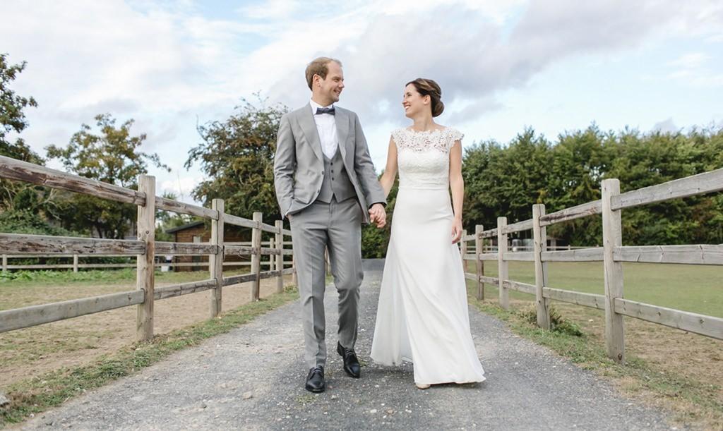 Das Brautpaar auf einem Feldweg - Photo by Hanna Witte