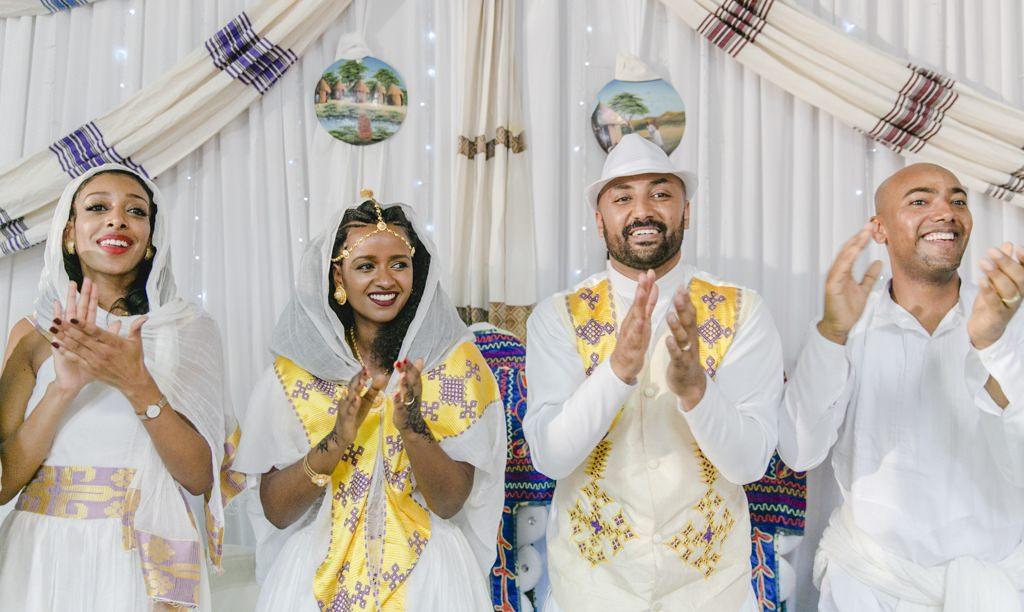 Das glückliche Brautpaar einer eritreischen Hochzeit feiert
