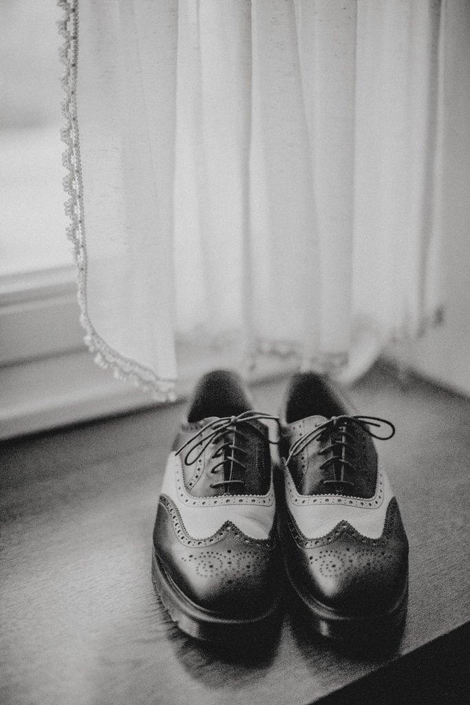Bräutigam Schuhe auf der Fensterbank