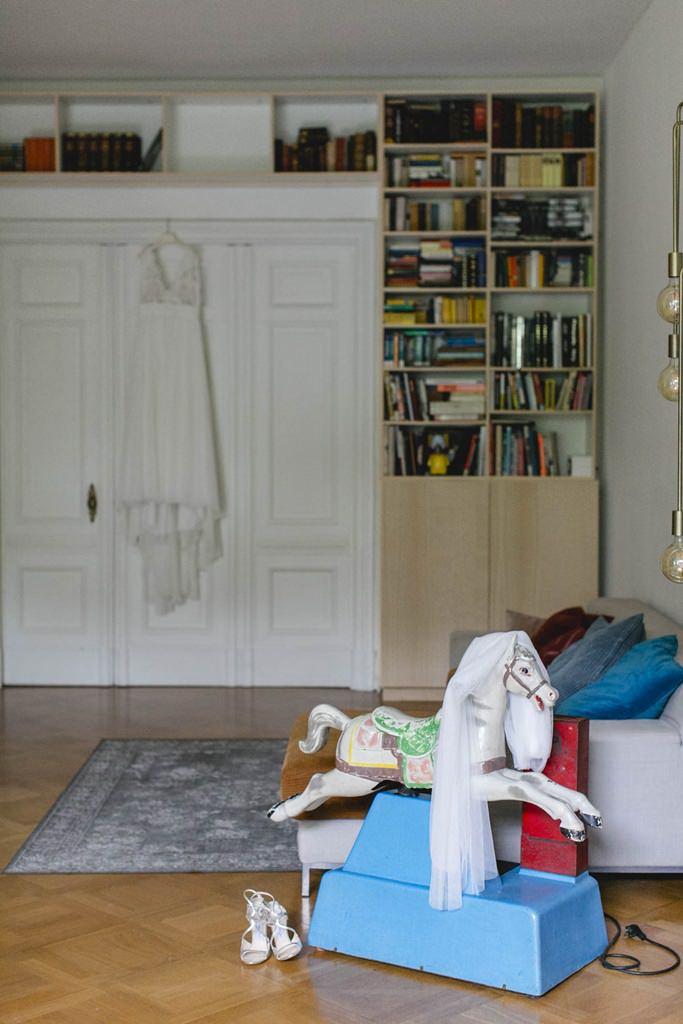 Hochzeitskleid hängt am Schrank