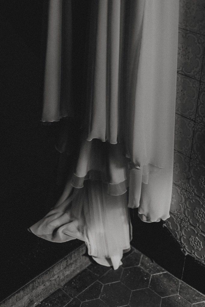 Nahaufnahme vom Saum des Brautkleides