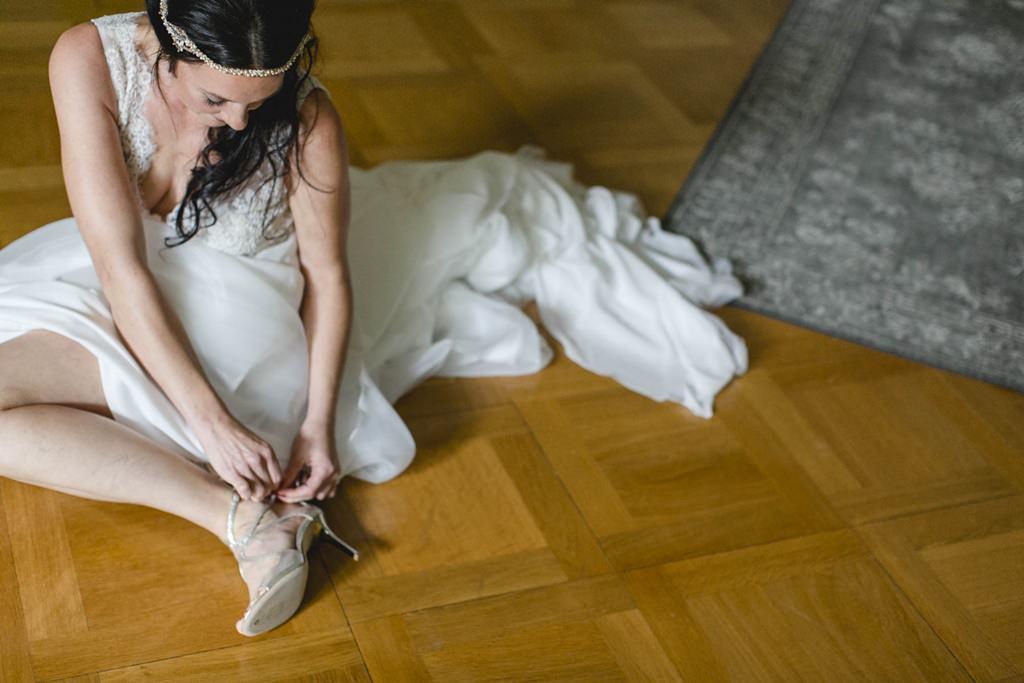 Braut zieht sich ihre Brautschuhe an