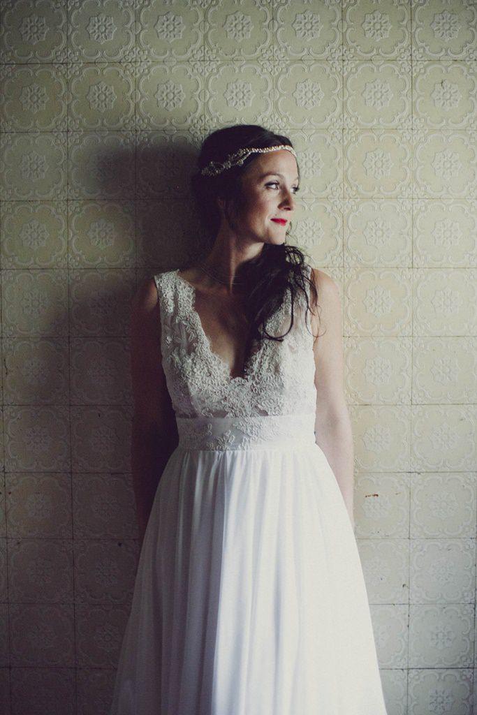 Braut lehnt an der Wand
