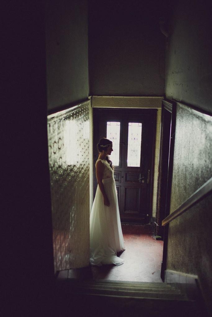 Braut schreitet durch das Treppenhaus