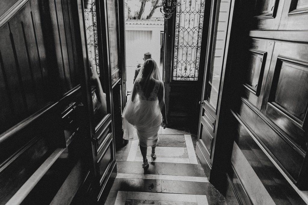 die fertige Braut verlässt das Haus