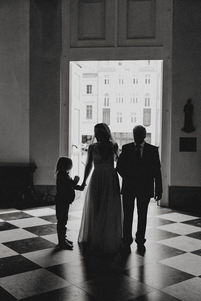 Braut mit ihrem Vater am Eingang der Kirche
