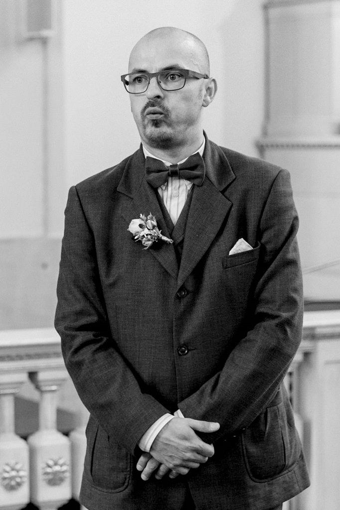 nervöser Bräutigam wartet auf die Braut