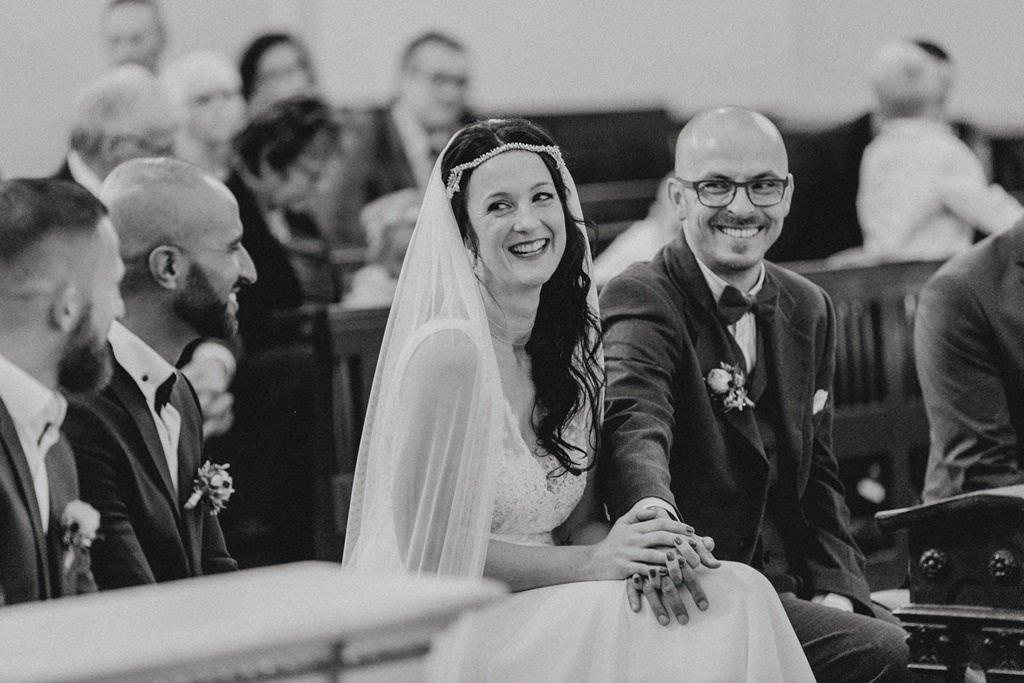 schwarz weiss Foto des Brautpaares bei der Trauung