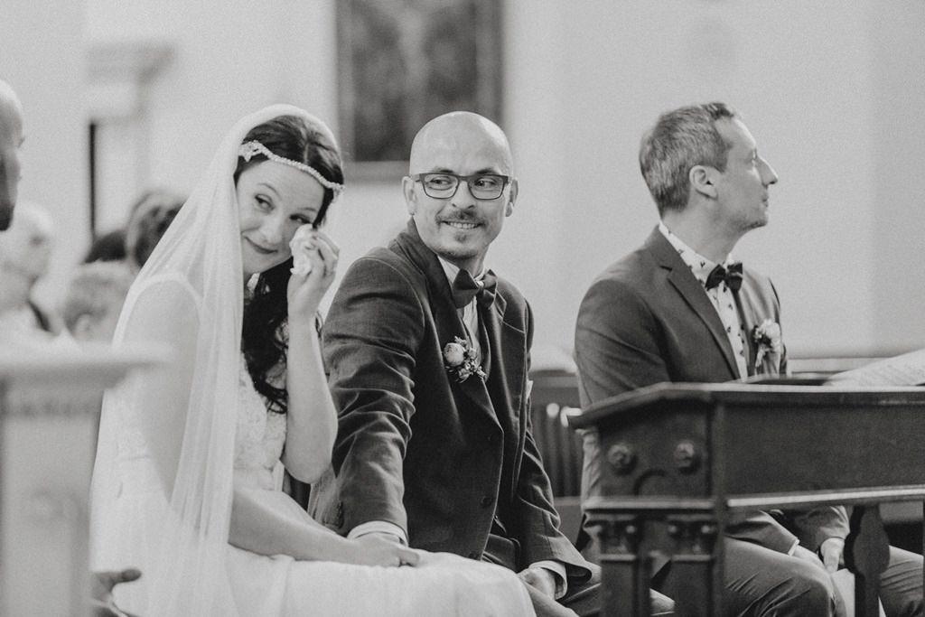 die Braut weint während der Trauung