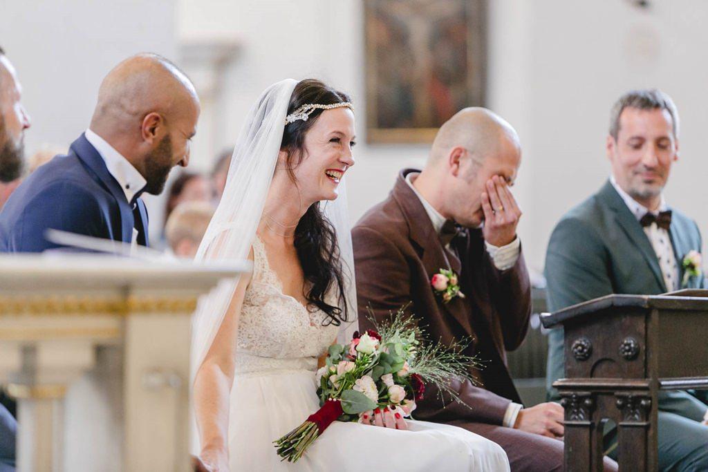 der Bräutigam weint während der Trauung
