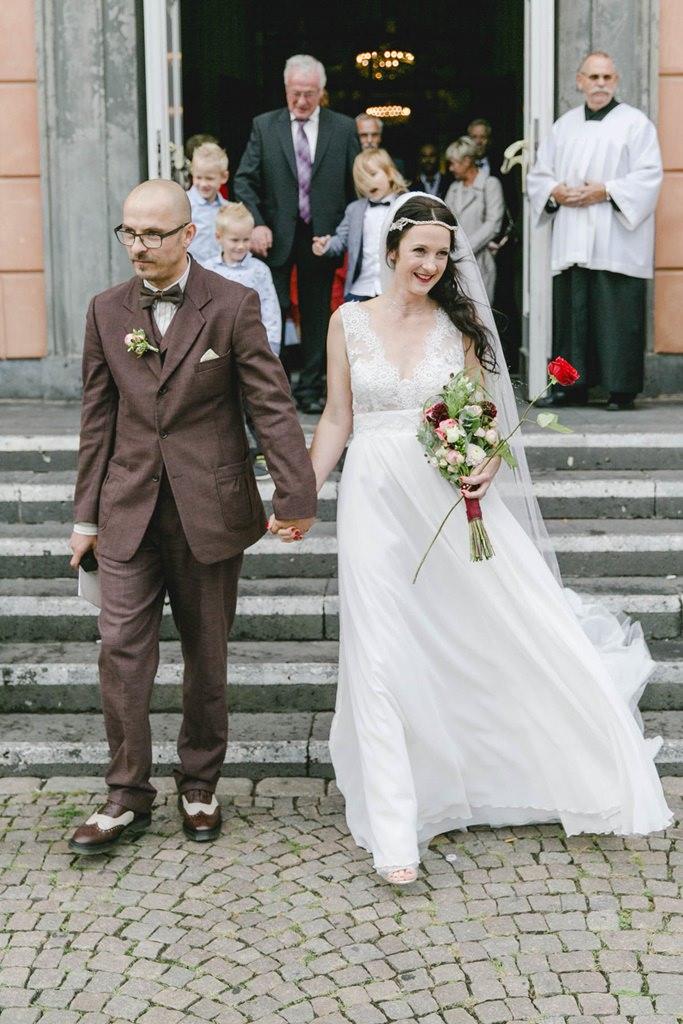 das glückliche Brautpaar beim Auszug aus der Kirche