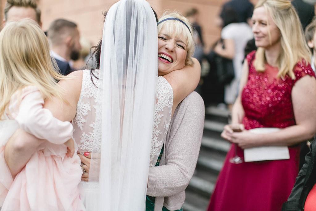 die glückliche Braut umarmt eine Freundin