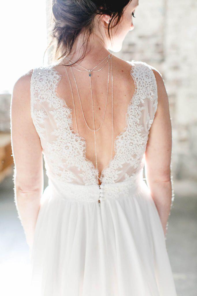 Rückenansicht der Braut und ihres rückenfreien Kleides