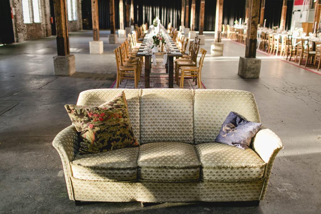 Innenaufnahme Gare du Neuss mit Sofa und Hochzeitstischen