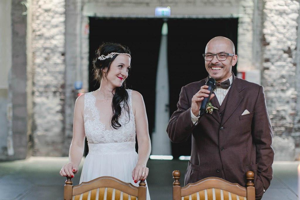 Braut und Bräutigam während der Rede des Bräutigams