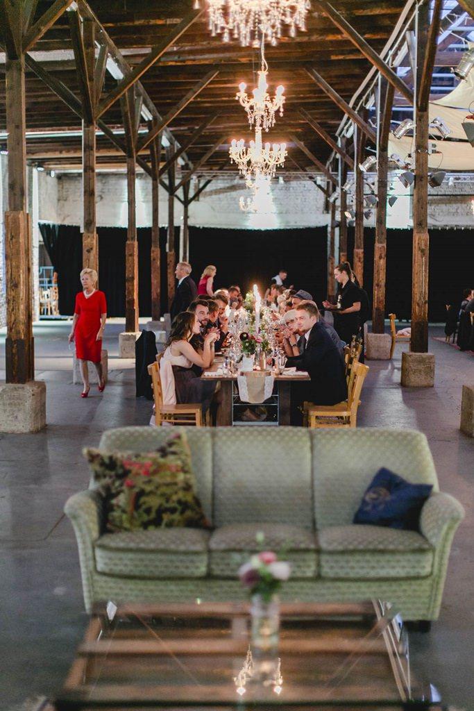 äste sitzen am Hochzeitstisch im Gare du Neuss