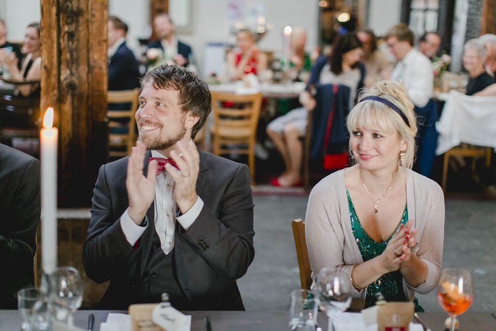 klatschende Hochzeitsgäste