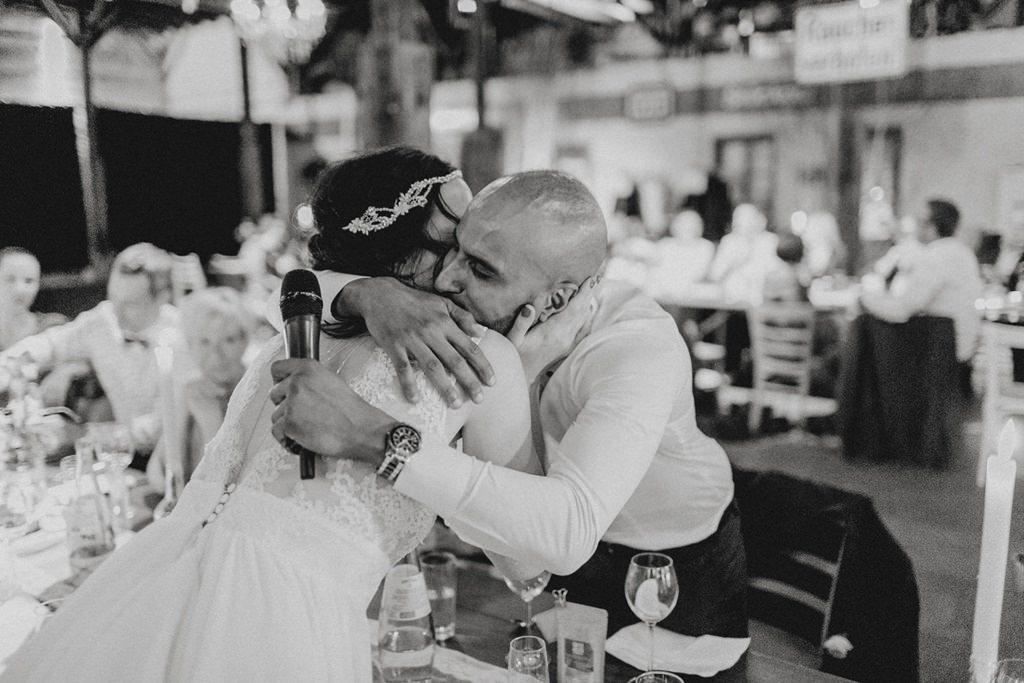 Braut umarmt einen Trauzeugen