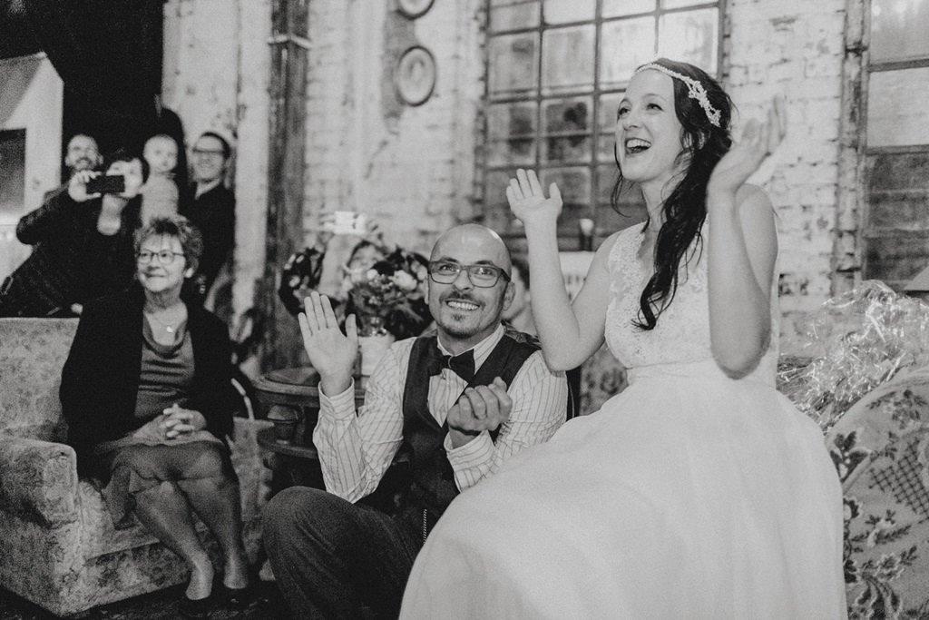 das Brautpaar strahlt und klatscht