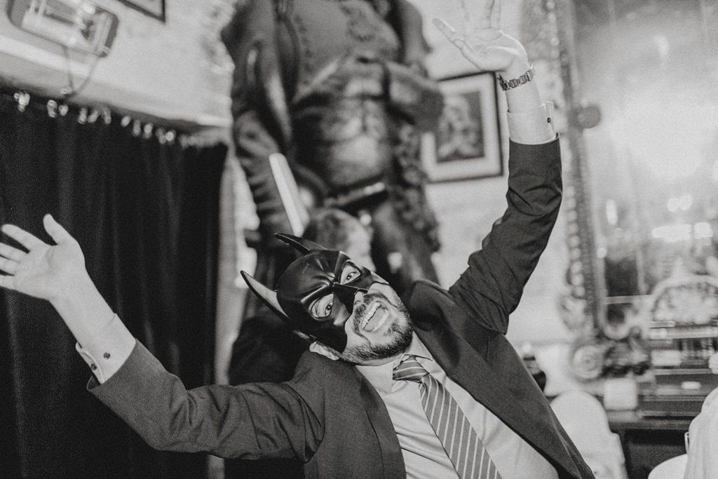 Hochzeitsgast mit Batman Maske