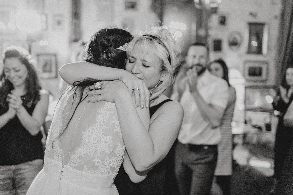 die emotionale Braut umarmt eine Freundin