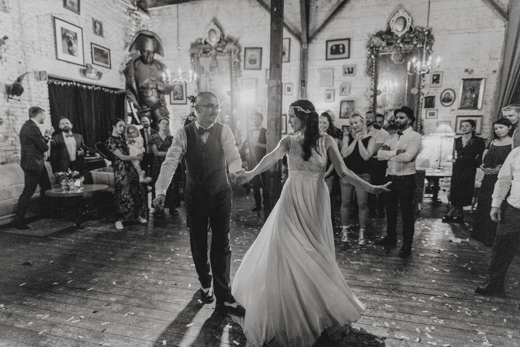 Braut und Bräutigam beim Hochzeitstanz