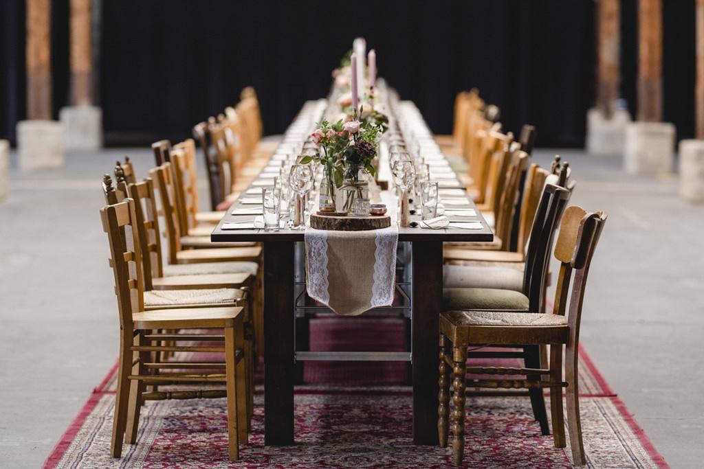 dekorierter Hochzeitstisch in der Eventlocation