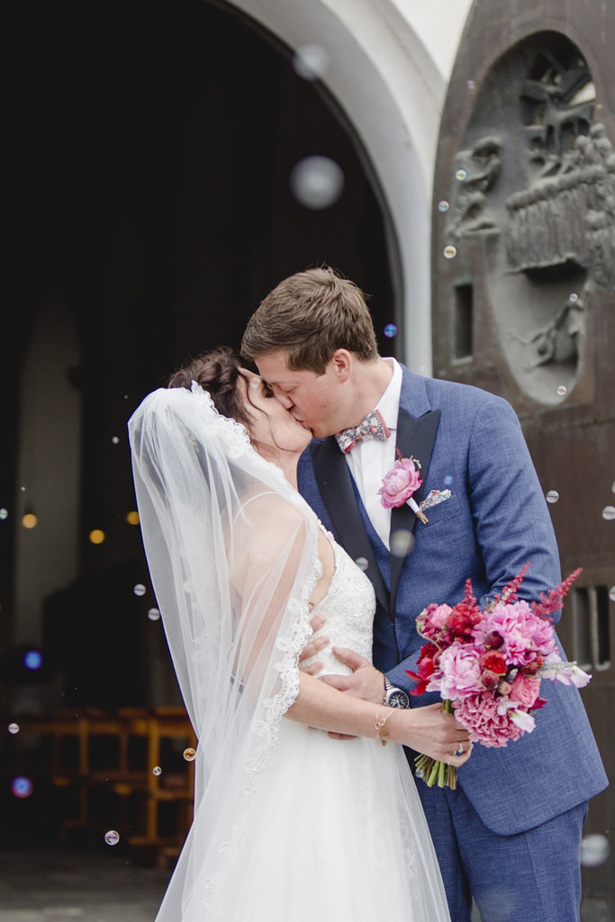 Hochzeitsfoto vom Hochzeitskussnach der kirchlichen Trauung