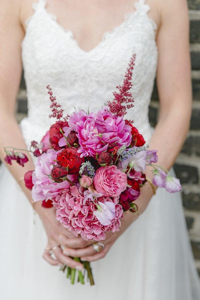 Brautstrauß mit Rosen und Hortensien in rosa und pink