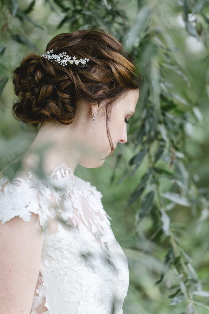 Brautportrait zwischen Bäumen und Zweigen
