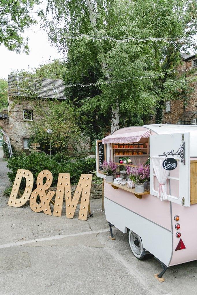 rosafarbenes Crepe Mobil bei einer Hochzeit