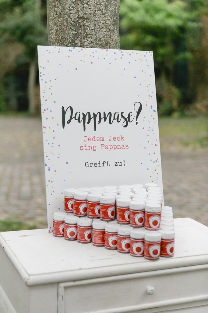 Hochzeitsfoto von lustigen Pappnasen für die Gäste