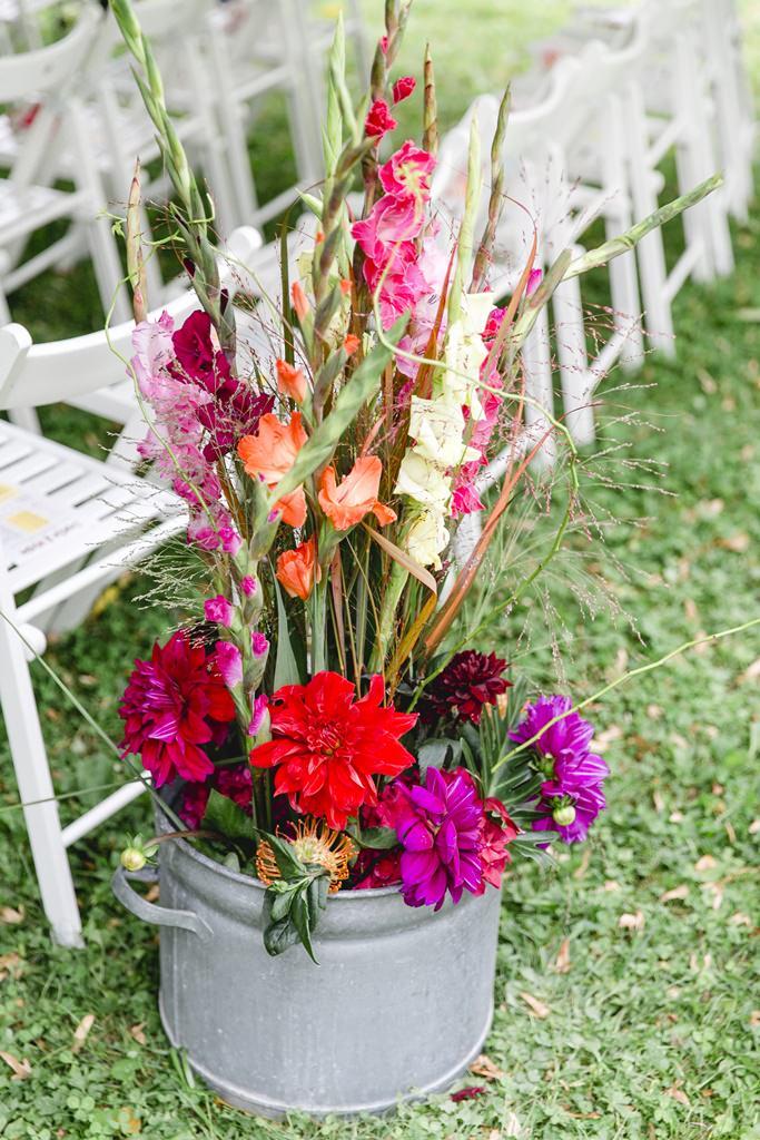 strahlend bunte Blumen als Deko bei der freien Trauung