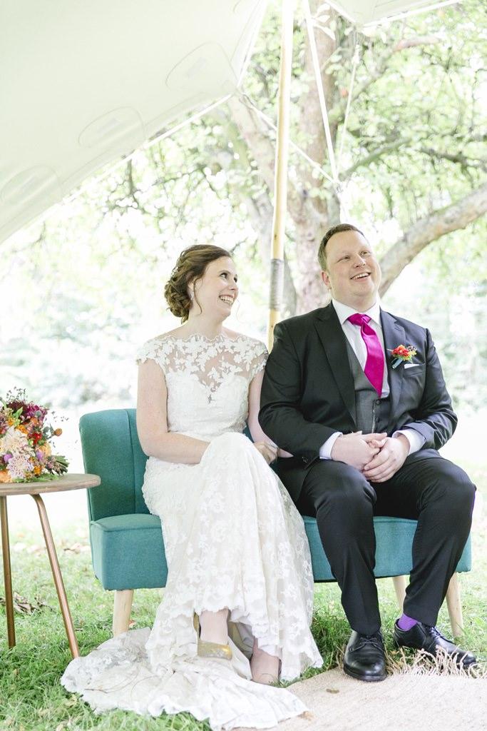 Hochzeitsfoto vom glücklichen Hochzeitspaar während der freien Trauung