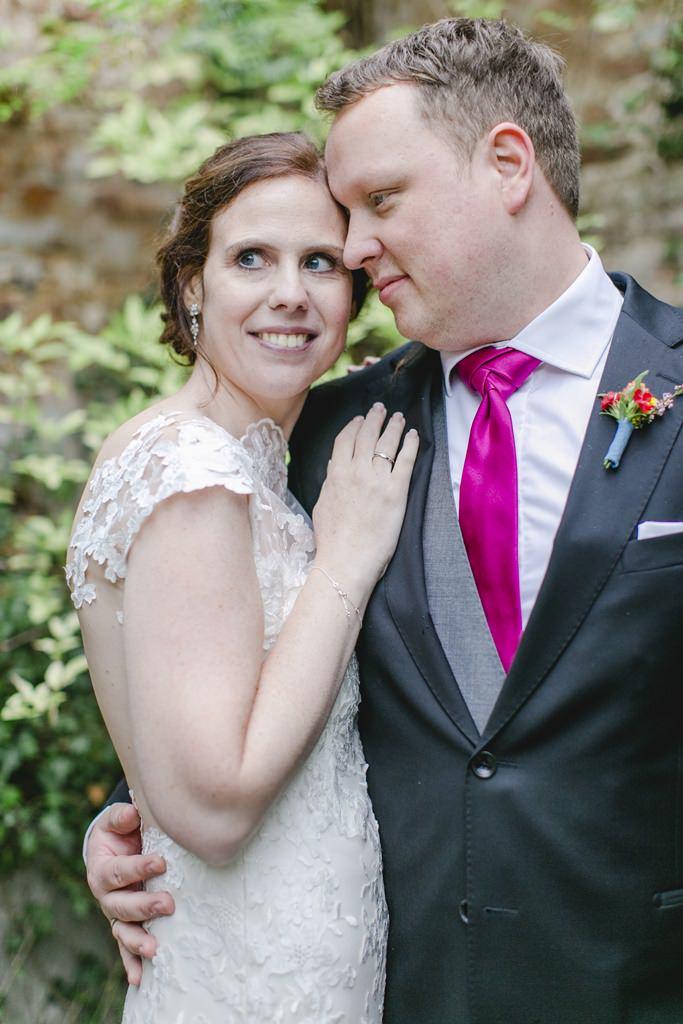 romantisches Paarfoto von der Braut im Arm des Bräutigams