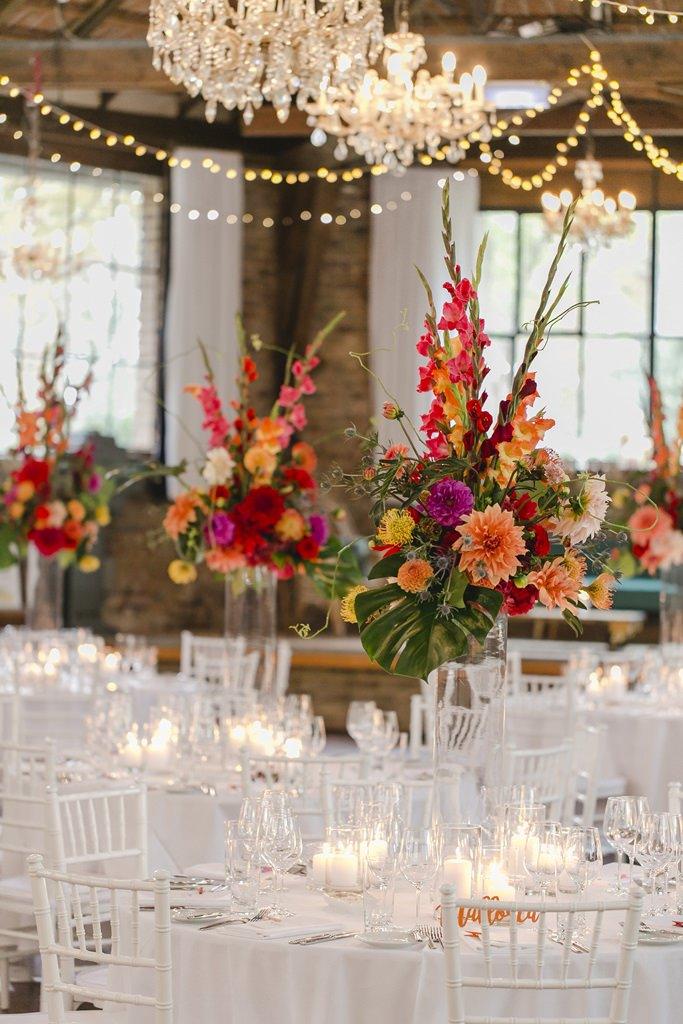 Hochzeitsfoto einer edlen Tischdeko mit bunten Blumen