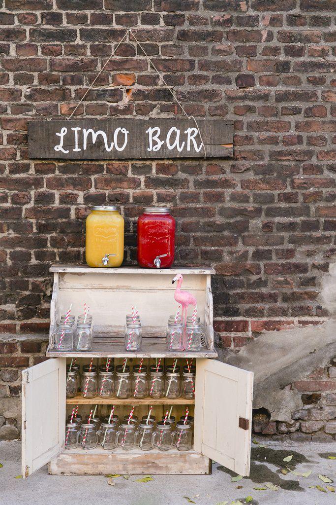 Hochzeitsfoto einer Limo Bar mit Flamingo Deko