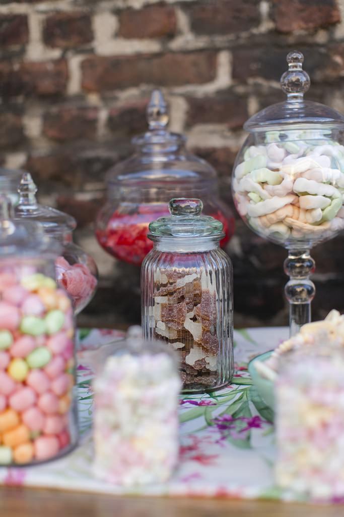 Hochzeitsfoto von Süßigkeitengläsern einer Candy Bar