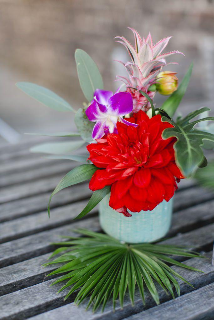 Hochzeitsfoto von tropischer Blumendeko