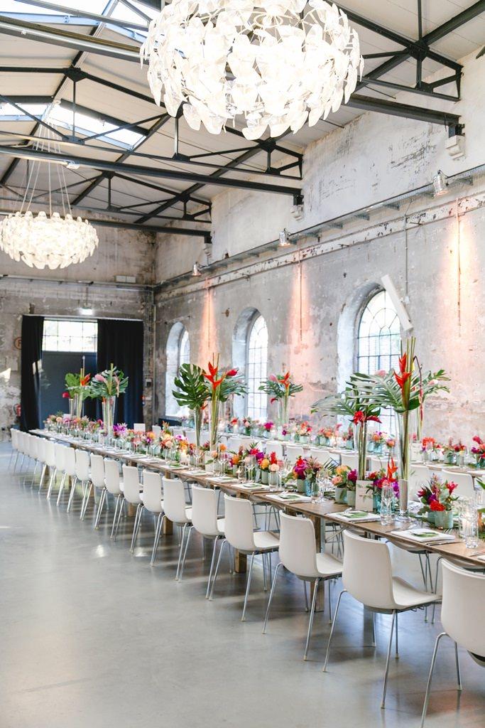 Hochzeitsfoto der tropischen Tischdeko einer Industrial Hochzeit