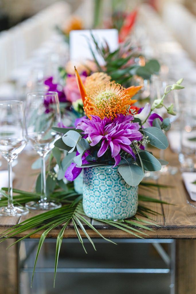 Hochzeitsfoto einer Tischdeko mit bunten Blumen