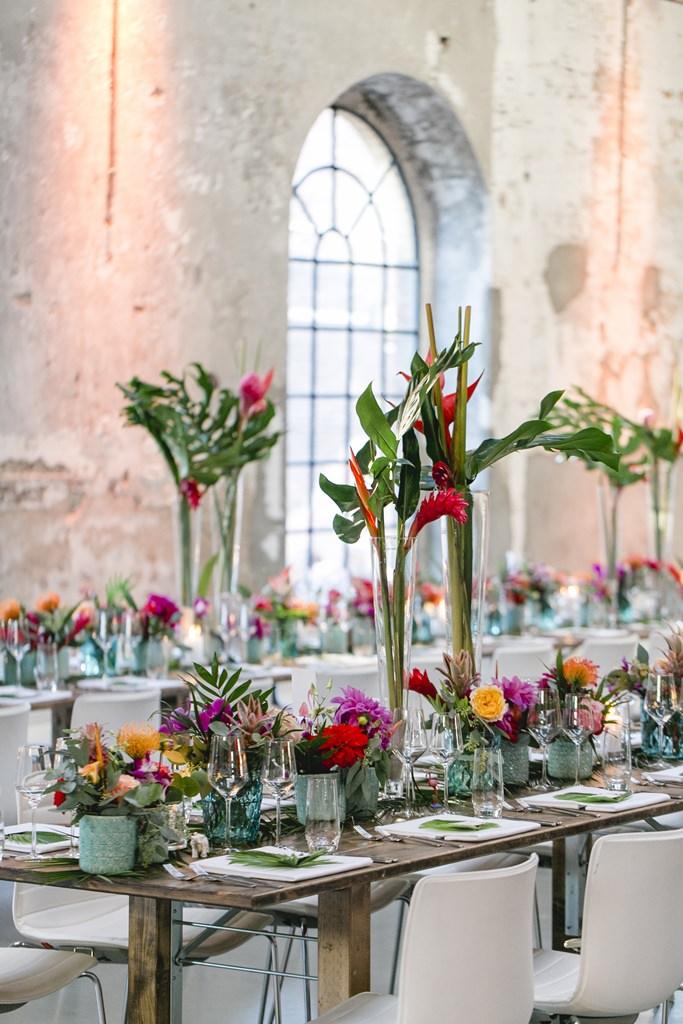 Hochzeitsfoto einer Tischdeko mit ausgefallenen tropischen Blumen