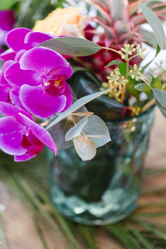 Hochzeitsfoto von bunten Blumen als Tischdeko