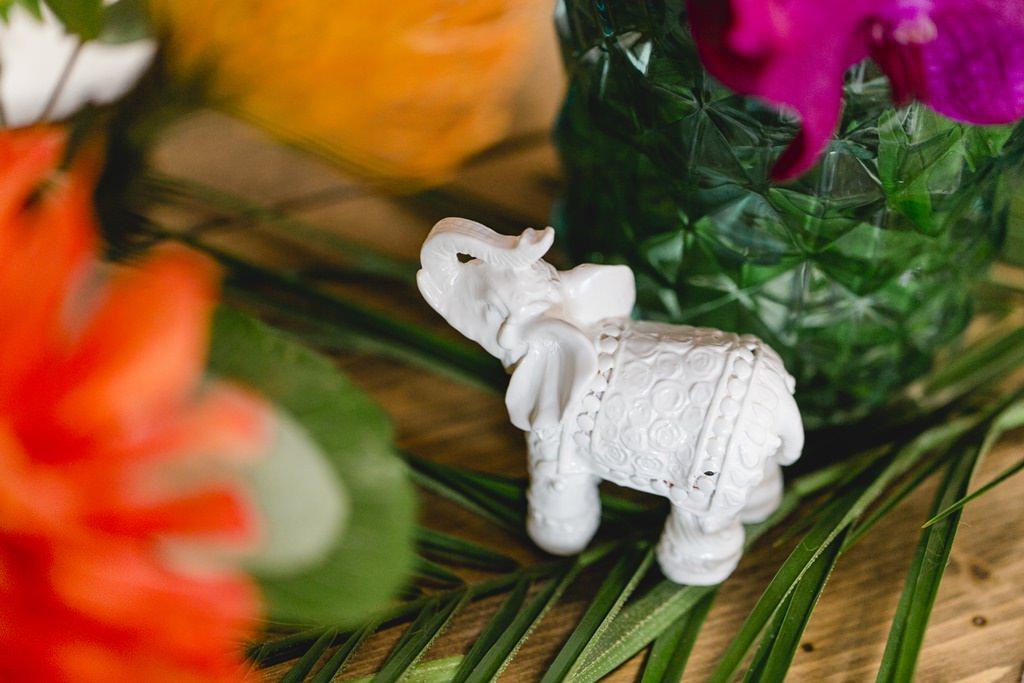 weißer Porzellanelefant als Teil einer tropischen Hochzeitsdeko