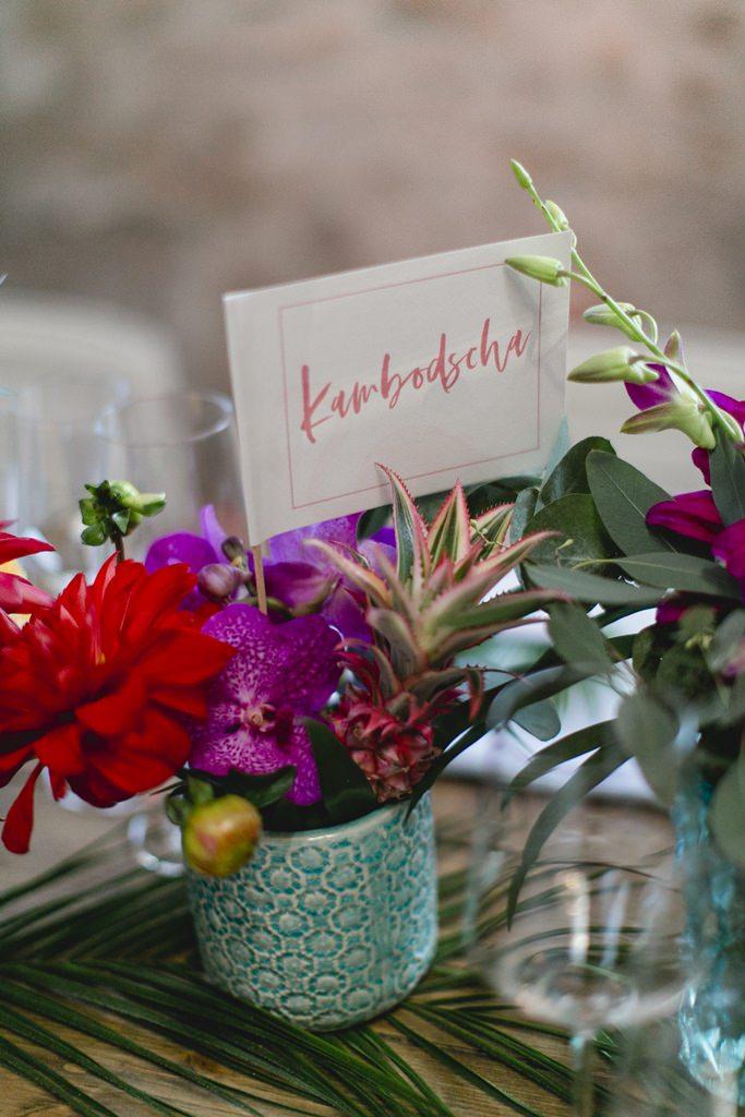 Hochzeitsfoto von einer Tischdeko mit tropischen Blumen