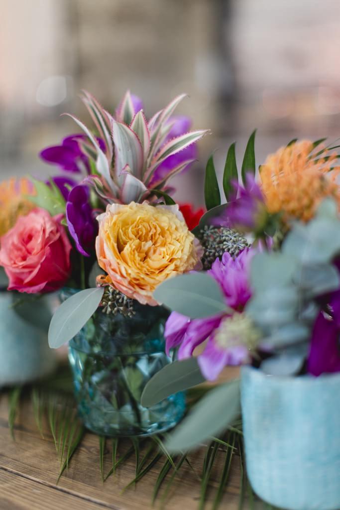 Hochzeitsfoto von bunten Blumen einer Tischdeko