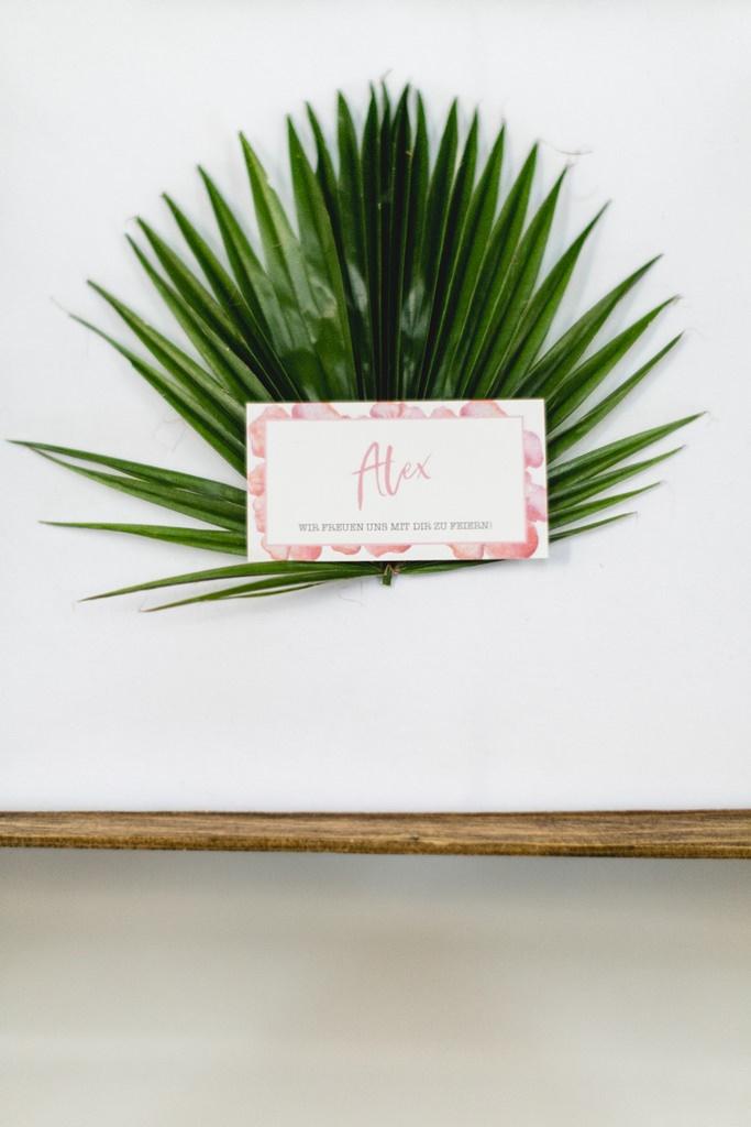 Hochzeitstischdeko mit Palmenblatt und Namenskarte