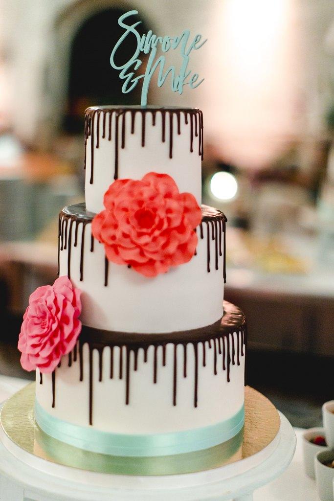 Drip Cake Hochzeitstorte mit bunten Blumen und Cake Topper