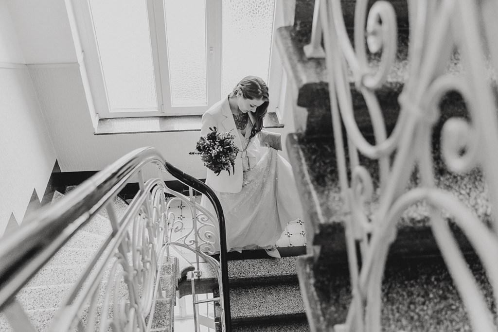 die Braut läuft durch ein Treppenhaus