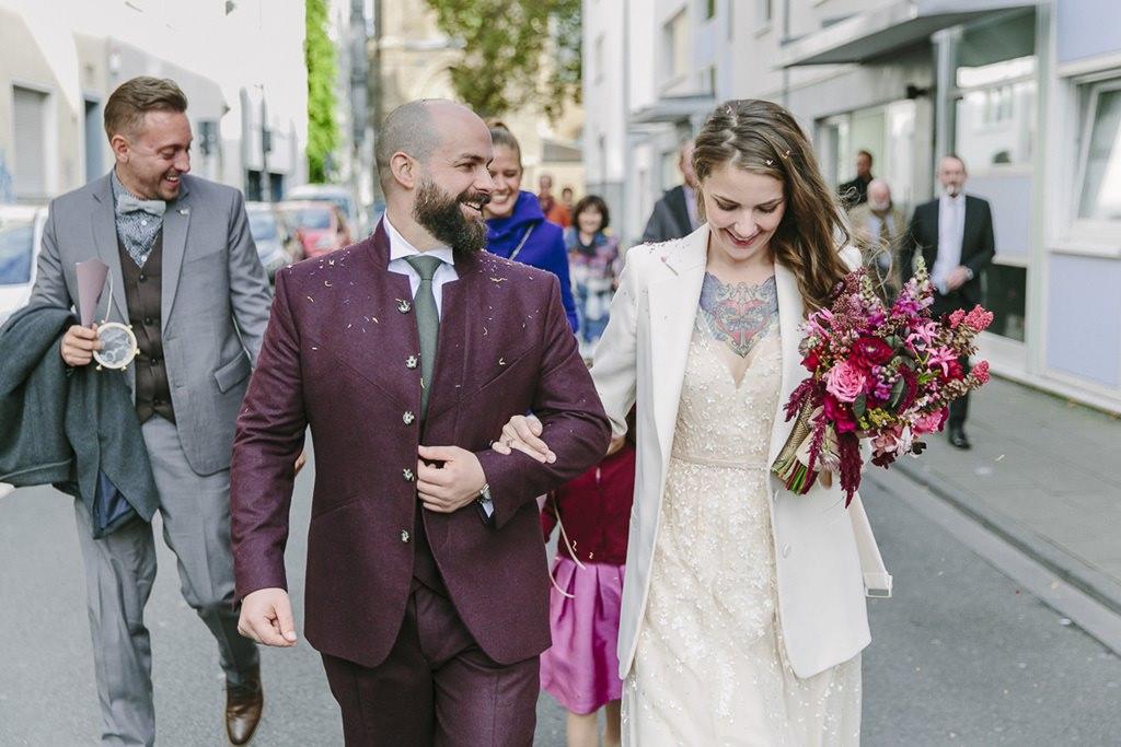 Braut und Bräutigam nach der Trauung auf dem Weg durch die Stadt